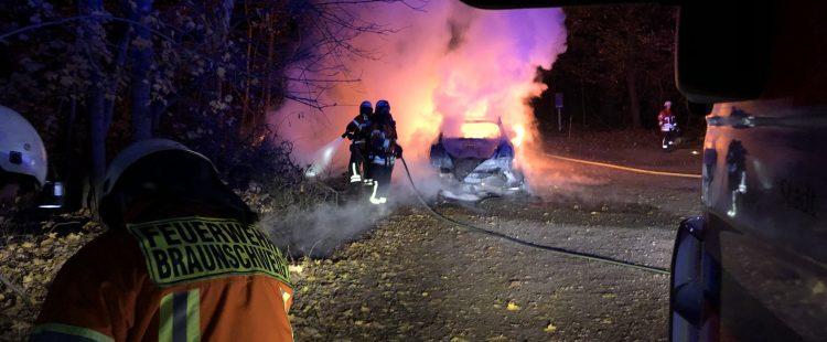 Zwei Fahrzeuge brennen auf einem Hotelparkplatz